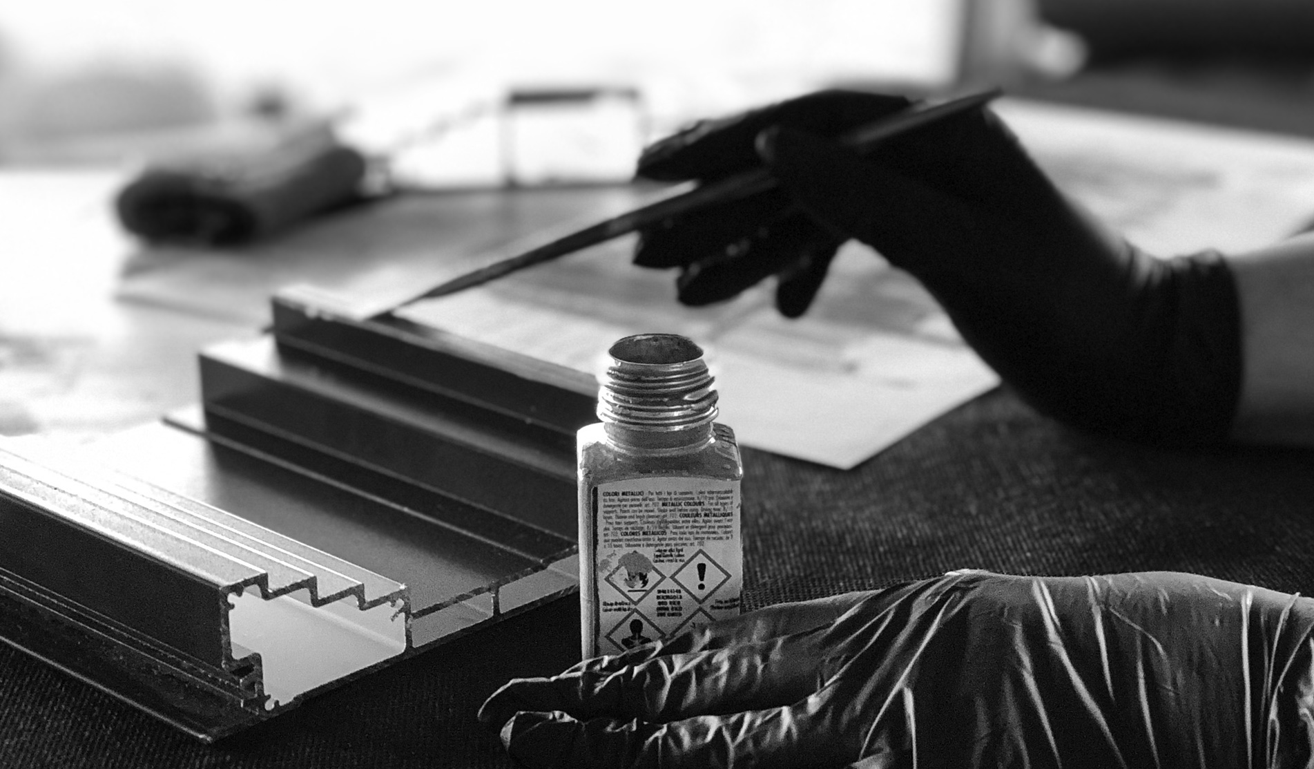 Fotografia przedstawiająca proces tworzenia próbki testowej dla Klienta panelu akustycznego OptiDi