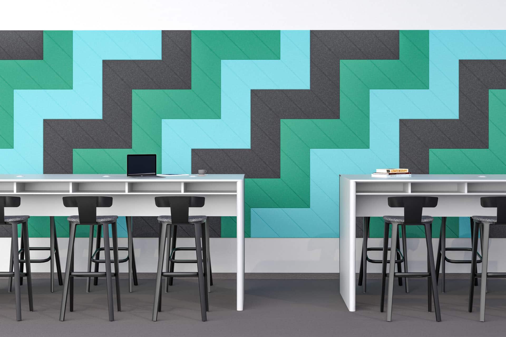 Panele dekoracyjne dźwiękochłonne w kształcie rombów na ścianie w przestrzeni biurowej